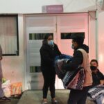 Entrega PC municipal cobertores a familiares de pacientes hospitalizados