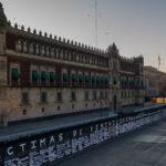 Feministas convierten valla metálica del Zócalo en homenaje a víctimas de feminicidio